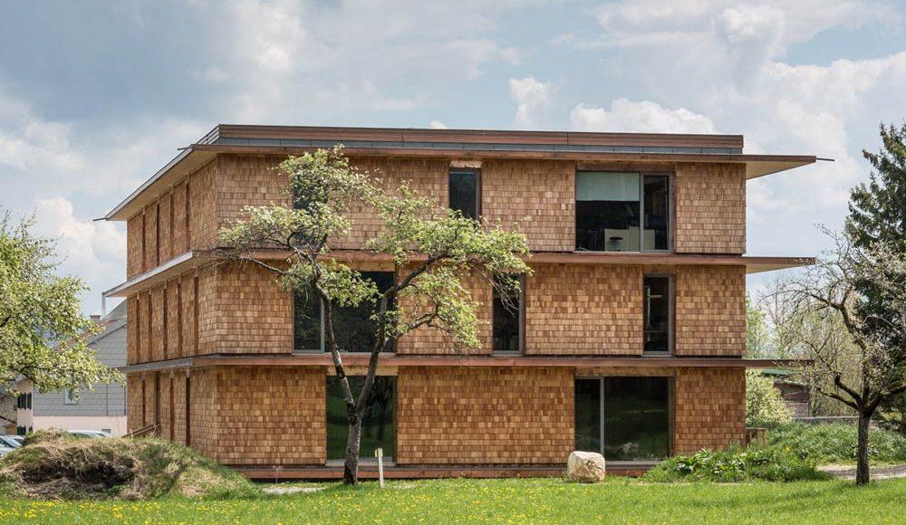 Plusenergie Bürogebäude Thalgau Schindelfassade