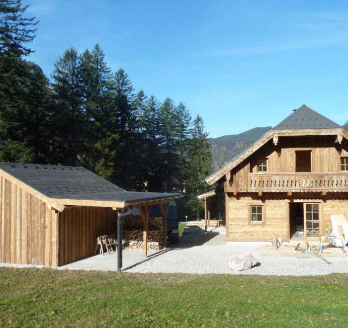 Lodge aus Altholz in Hintersee, Ansicht mit Nebengebäude