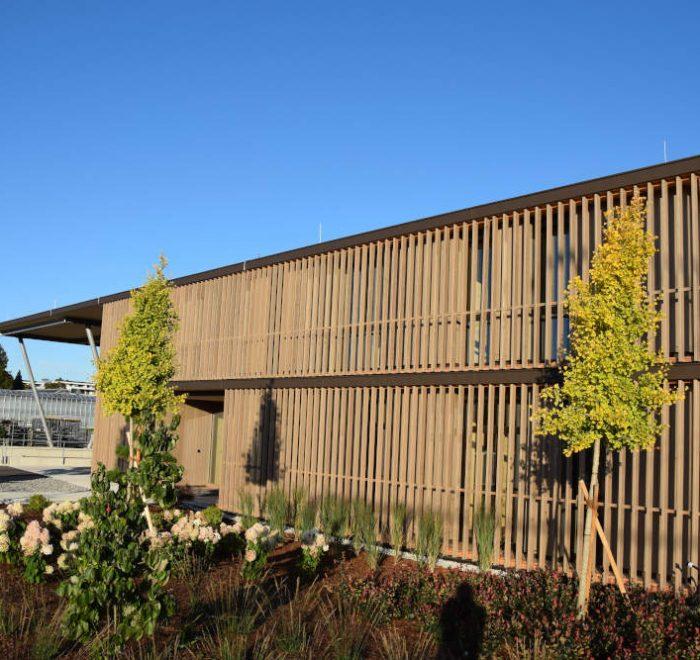 Pflanzen Mayer, Siezenheim - Lamellenfassade